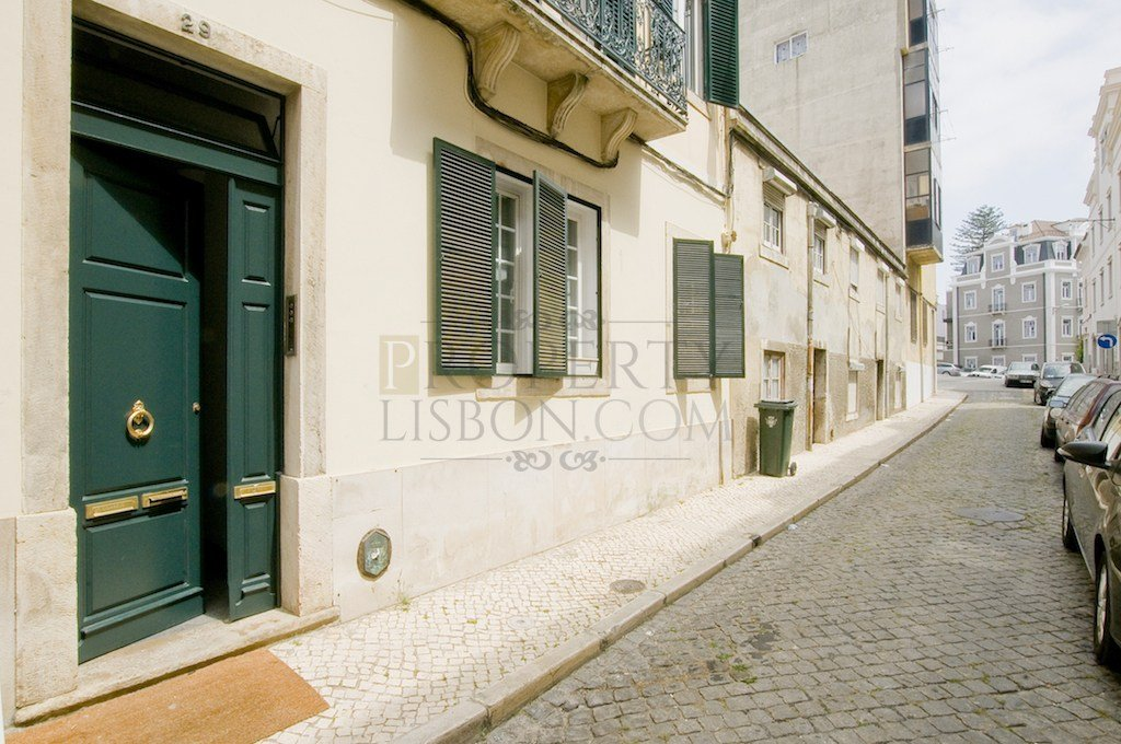 Lapa: A light, airy and well renovated T2 on a quiet street. A larger than usual Juliet balcony and lots of light.