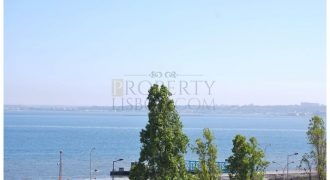 SE: High quality T2 with 2 entrances a modern elevator and many windows offering incredible 180º river views