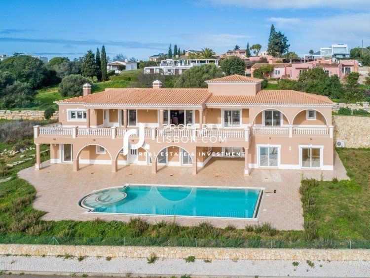 Main Photo of a 7 bedroom  Town House for sale